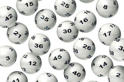 Fotografía de referencia de balotas de lotería cayendo con un fondo blanco. Ilustra nota sobre resultados y números ganadores de chances y loterías que se jugaron en Colombia el domingo 25 de abril de 2021.