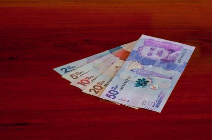 Foto de pesos ilustra nota sobre salario mínimo en Colombia