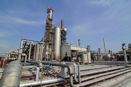Imagen de referencia de una refinería de petróleo.