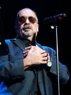 Willie Colón en concierto ilustra nota sobre mensaje que puso en Twitter diciendo que no está bien de salud