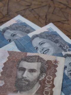 Imagen de dinero colombiano que ilustra la denuncia contra los bancos en época de pandemia