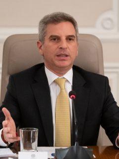 Carlos Eduardo Correa Escaff, ministro de Ambiente, perdió a su madre por COVID-19.