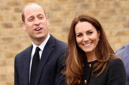 El príncipe William y Kate Middleton, durante su visita al 282  Squadron Air Training Corps, en el este de Londres, el 21 de abril de 2021
