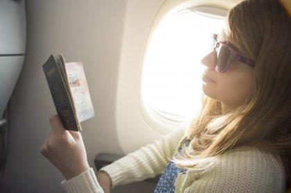 Foto mujer en avión ilustra nota sobre Visa K1 para Estados Unidos