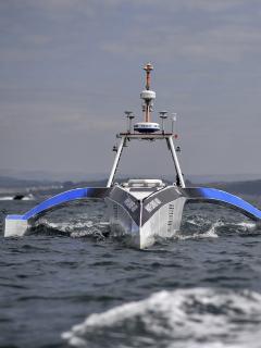 El trimarán autónomo Mayflower 400 se muestra durante una prueba en el mar en Plymouth, suroeste de Inglaterra, el 27 de abril de 2021.