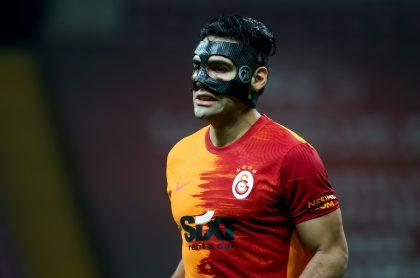 Falcao García con máscara en partido del Galatasaray, a propósito de que revelaron por qué archivaron su bionovela que se cree iba a hacer RCN.
