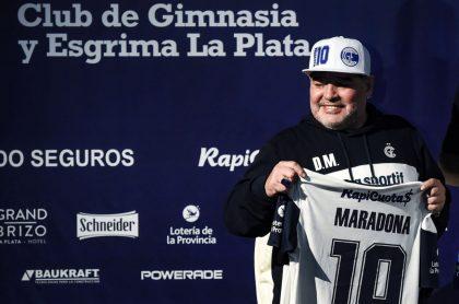 """Maradona con camiseta de Gimnasia de La Plata, ilustra nota de Maradona fue """"abandonado a su suerte"""" por su equipo de salud, dice junta médica"""