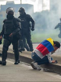 Imagen ilustrativa de una mujer afectada por los gases lacrimógenos del Esmad en una manifestación.