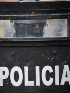 Imagen de referencia de oficial de la Policía Antidisturbios (Esmad) a través de su escudo, en Bogotá, el 28 de abril de 2021. Ilustra nota sobre supuesta muerte de joven a manos del Esmad, en el centro de Bogotá el 1 de mayo de 2021, que fue desmentida por la Policía Metropolitana.
