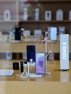 Vista de la tienda insignia de Huawei en Beijing, China, 29 de abril de 2021. Ilustra nota sobre la lista de los celulares más vendidos en el mundo, liderada por Samsung y Apple y en la que Huawei pasó al séptimo lugar.