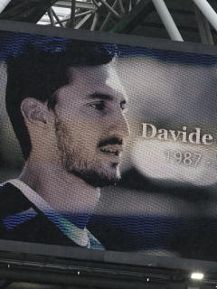 Imagen de homenaje a Davide Astori; cárcel a médico que obvió problemas cardíacos de jugador