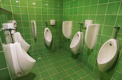 Baños públicos poco ventilados serían foco de infección de COVID-19