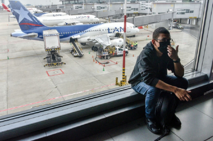 Imagen de referencia de un pasajero esperando, tras el anuncio de cierre del aeropuerto de Cali.