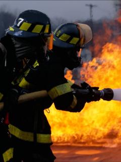 Imagen de dos bomberos, que ilustra información sobre saqueos y quema de dos bancos en Cali