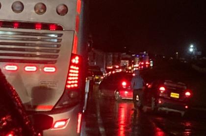 Bloqueos colapsan accesos a Bogotá la madrugada de este martes.
