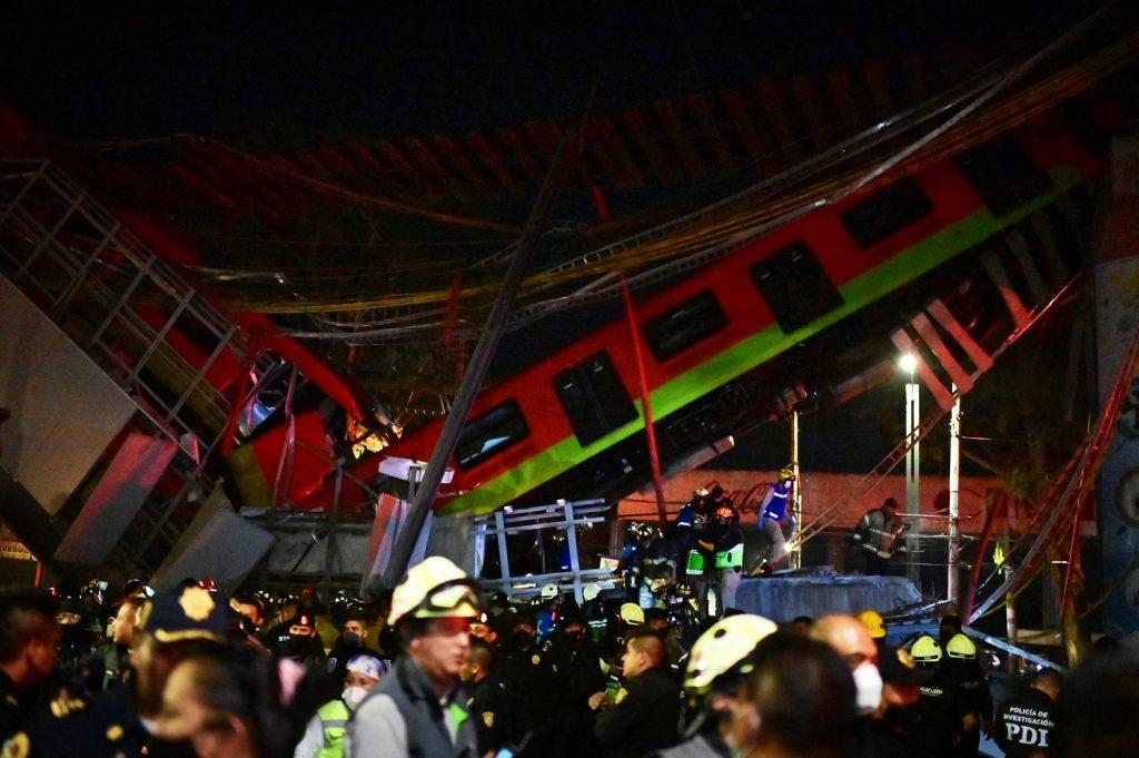 Metro en México se desplomó / AFP