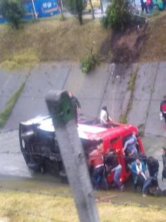Imagen de accidente de bus con 20 pasajeros cayó a un caño en Bogotá; conductor quedó atrapado