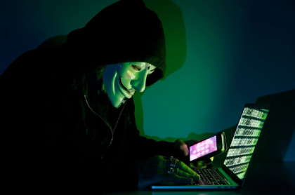 Imagen ilustrativa de un 'hacker' con la máscara distintiva del grupo de 'hackers' Anonymous.