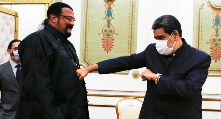 Video: Steven Seagal le regaló una espada samurái a Nicolás Maduro