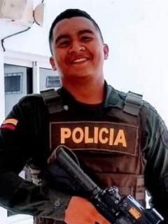 """Denilson Scott González renunció públicamente a la Policía Nacional porque no quiere """"masacrar"""" al pueblo y Margarita Rosa de Francisco lo felicitó."""