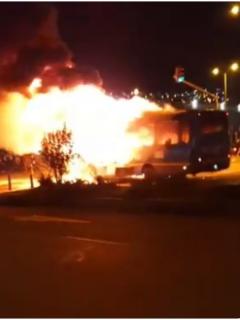 Imágenes del bus del SITP incendiado en Bogotá.