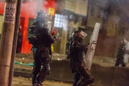 El Esmad volvió a intervenir violentamente en protestas la noche de esta martes en el barrio Castilla de Bogotá.
