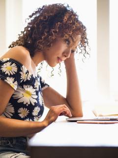 Imagen de mujer trabajando que ilustra nota: trabajo en casa: mayoría de empleados quiere seguir así, según encuesta