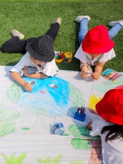 Foto de niños pintando, a propósito de aprendizaje kinestésico