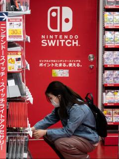 Imagen de una compradora de Nintendo ilustra artículo Coronavirus disparó ventas de consola Switch de Nintendo