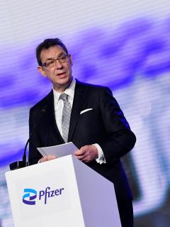 Imagen del presidente de Pfizer, que se niega a liberar patentes de vacuna contra COVID-19