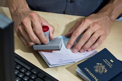 Foto de visa ilustra nota sobre principales trabas y errores de los colombianos