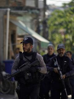Imagen de policías de Brasil; tiroteo entre policías y narcos dejó 25 muertos en una favela de Río