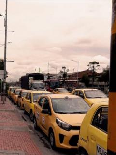 Imagen de la protesta de taxistas frente a Movilidad, en Bogotá, en rechazo al transporte ilegal