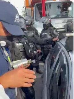 Esmad entregando gases a civiles en carro durante marchas del paro nacional
