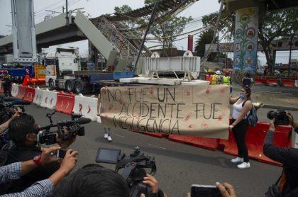 Protestas al frente de la línea del metro de Ciudad de México que colapsó