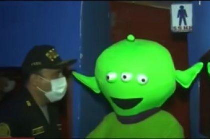 Allanamiento de Policía en Perú donde hombre disfrazado de extraterrestre estaba en prostíbulo ilegal