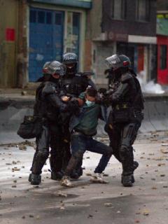 Un manifestante es detenido por el Esmad durante el paro nacional del 2021.
