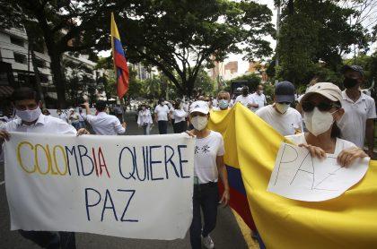 Colombianos pidiendo paz en protestas ilustran nota sobre unión de radios para pedir desbloqueos en Colombia