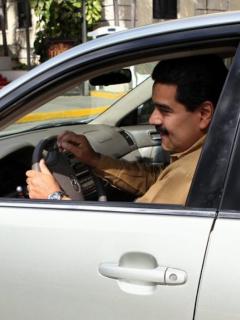 Nicolás Maduro conduciendo.