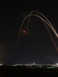Imagen de momento en que Israel activa Cúpula de Hierro; destruye misiles y causa lluvia de luces