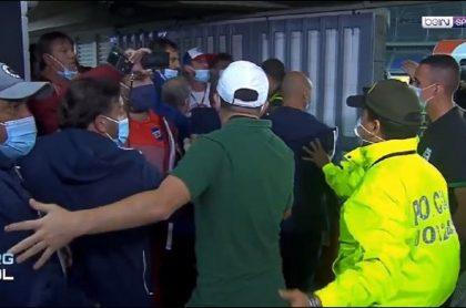 Imagen del altercado entre jugadores de Atlético Nacional y Nacional de Uruguay