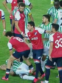 Terminó en pelea partido entre Atlético Nacional y Nacional de Uruguay