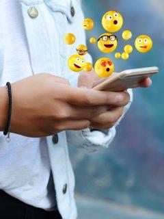 Foto de celular con 'emoji' ilustra nota sobre persona que encoge los hombros