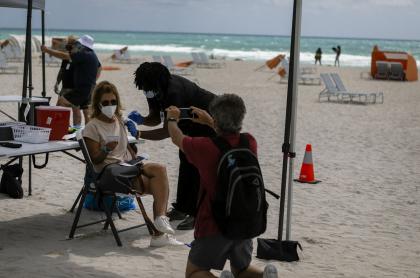 Una mujer recibe una de Johnson & Johnson contra el COVID-19 en un centro de vacunación emergente en la playa, en South Beach, Florida, el 9 de mayo de 2021.