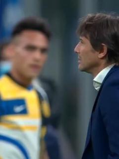 Lautaro Martínez mira mal a Antonio Conte, ilustra nota de video de Inter arma pelea de boxeo entre Antonio Conte y Lautaro Martínez