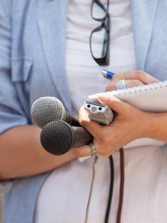Reportera ilustra nota sobre norma de responsabilidad de periodistas que la Corte Constitucional tumbó