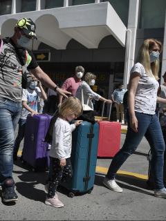 Imagen de viajeros en aeropuerto ilustra artículo Coronavirus: colombianos deberán respetar cuarentena obligatoria en Francia