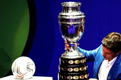 Paro nacional tumbaría la Copa América; Conmebol espera renuncia de Colombia. Foto del trofeo.
