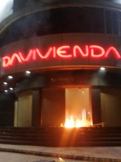 Una sucursal de Davivienda en Bucaramanga fue incendiada la madrugada de este sábado.