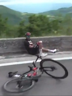 Fernando Gaviria, velocista colombiano del equipo UAE Emirates, sufrió fuerte caída durante la  etapa 8 del Giro de Italia 2021.